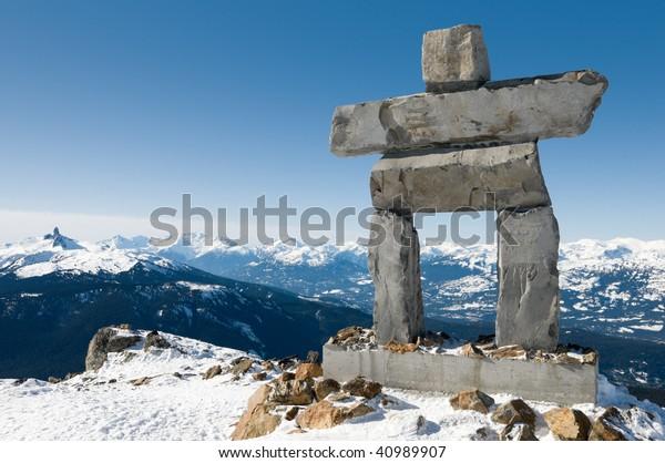 2010年の冬季五輪の場所、ウイスラー山の頂上に位置するイヌクシュク、背景にブラック・タスクの山脈;カナダのブリティッシュコロンビア州で