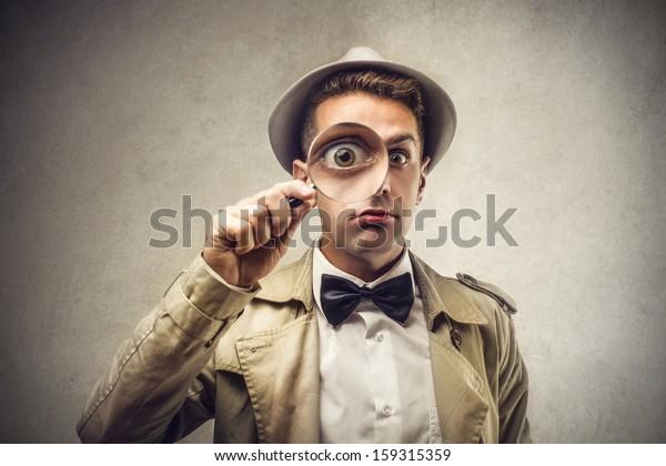 investigador mirando con lupa