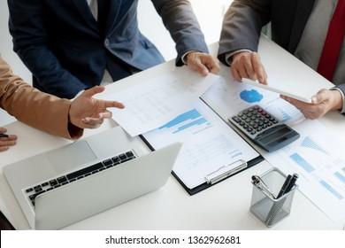 Investitions- und Kooperationskonzept, Finanzinspekteur, der in der Bürositzung Leistungsdaten analysiert.
