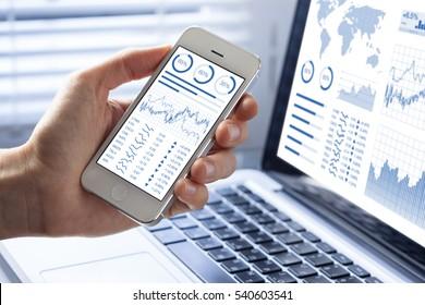 Inversor que analiza las inversiones en el mercado de valores con tablero financiero, inteligencia empresarial (BI) e indicadores clave de rendimiento (KPI) en smartphones y pantallas de computadora