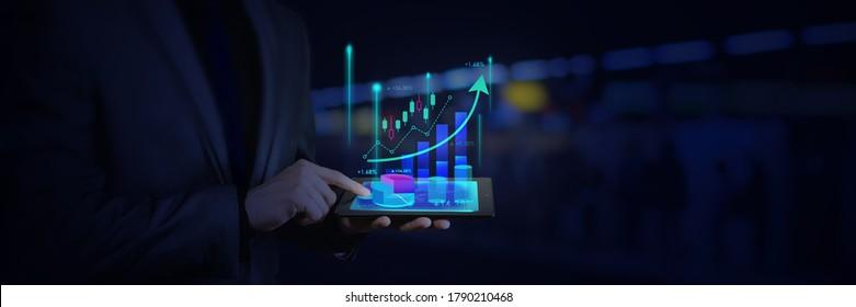 investisseur ou homme d'affaires et en utilisant une tablette avec un graphique à bougie graphique graphique graphique de la Bourse de négociation pour le Forex trading, internet, investissement et concept d'entreprise mondiale.