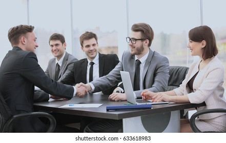 investor shakes hands with the sales Director to sign the conclu