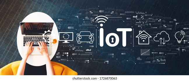 IoT-Thema mit Person, die einen Laptop auf einem weißen Tisch verwendet