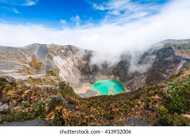Вулкан Иразу к изумрудному озеру в кратере. Центральная Америка. Коста-Рика