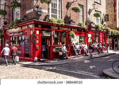Ireland, Dublin: People relax and have a drink outside the famous Irish pub The Temple Bar in the center of the Irish capital - men women tourists citizens. May 09, 2015