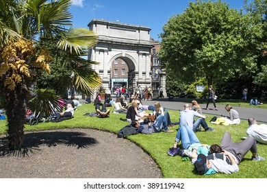 Ireland, Dublin: People women men tourists residents of all generations, ages, sexes relax in the famous public park St. Stephen's Green next to Fusilier's Arch in the Irish capital. June 09, 2015