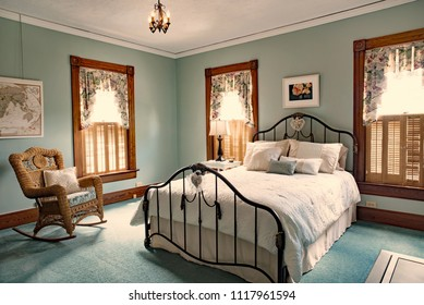 Iron Bed in Teal Bedroom od Old Victorian Home