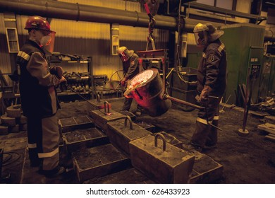 iron casting at handmolding line