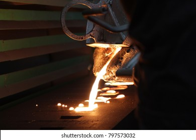 Iron molten metal pouring in sand mold ; green sand process