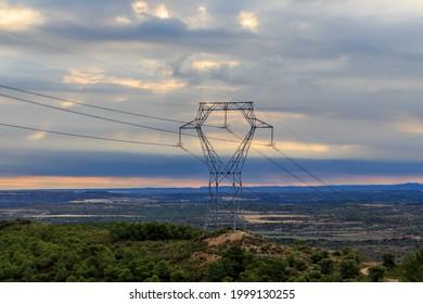Torre de hierro de la electricidad en la montaña con amanecer