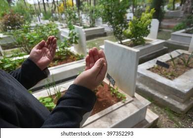Islamic praying on dead person