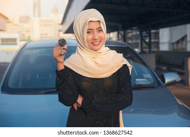 Islamic women, car dealers, ready to check the car before delivering customers to customers, good service