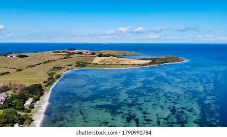 Insel mit Blick auf Wasser und See, grüne Insel, Draufsicht vom Himmel