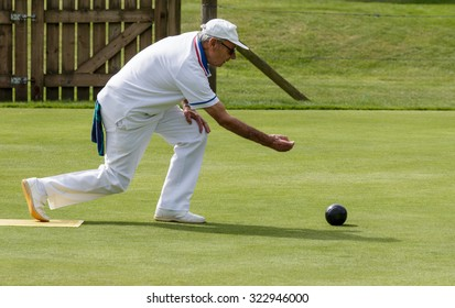 ISLE OF THORNS, SUSSEX/UK - SEPTEMBER 3 : Lawn bowls match at Isle of Thorns Chelwood Gate in Sussex on September 3, 2015. Unidentified man