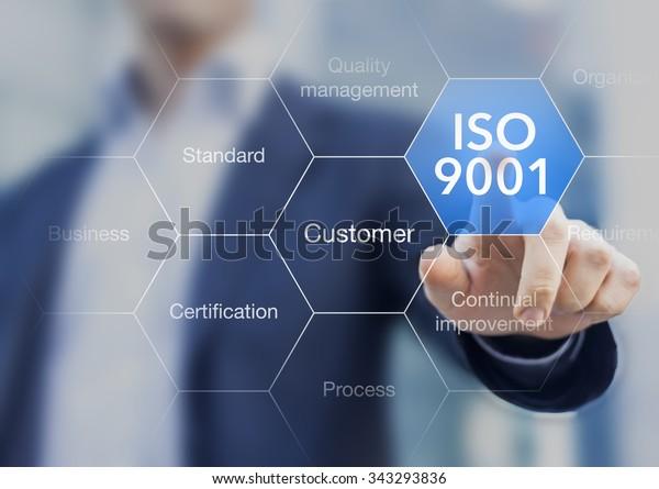 ISO 9001-Norm für das Qualitätsmanagement von Organisationen mit einem Prüfer oder Manager im Hintergrund