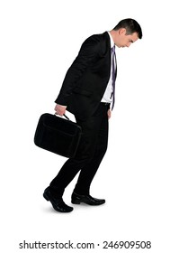 Un homme d'affaires isolé marche déprimé