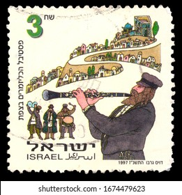 ISRAEL - CIRCA 1997: Postage stamp issued in Israel dedicated to the festival of Jewish folklore klezmer musicheld in the Israeli city of Safed, circa 1997