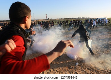 Israeli forces intervene in Palestinians during a the demonstrations near Gaza-Israel border in Rafah, in the southern Gaza Strip, on Jan 04, 2019. Photo by Abed Rahim Khatib
