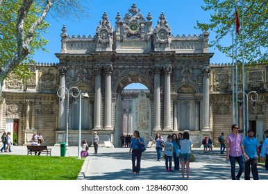Istambul , Turkey - April 30, 2013:  Tourists at the entrance of the Dolmabahce Palace