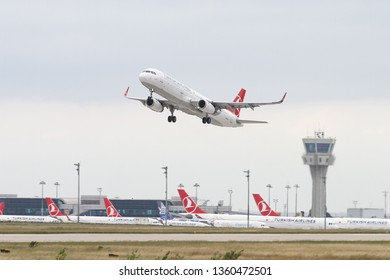 ISTANBUL, TURKEY - SEPTEMBER 30, 2018: Turkish Airlines Airbus A321-231 (CN 6657) takes off from Istanbul Ataturk Airport. THY is the flag carrier of Turkey with 330 fleet size and 304 destinations