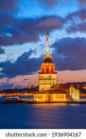Istanbul, Türkei. Twilight landschaftlicher Sonnenuntergang am Bosporus mit dem berühmten Maidenturm (Kiz Kulesi). Landschaftlicher türkiser Hintergrund.