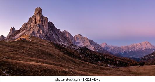 Italienischer Dolomiten-Berg (Ra Gusela Felsen vor) friedliche Abenddämmerpanorama aus dem Giau-Pass. Malerisches Klima, Umwelt und Wetterkonzept, Himmelshintergrund. Automodelle sind nicht erkennbar.