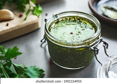 La vinaigrette italienne de persil avec des ingrédients frais