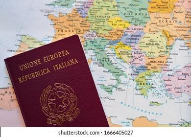 Italienischer Pass mit europäischer politischer Karte. Nahaufnahme