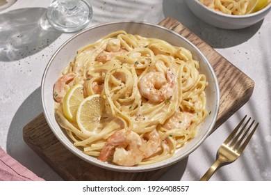 Fettucine de pâtes italiennes dans une sauce crémeuse avec crevettes et tomates