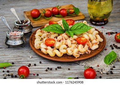 Italian pasta with turkey meat, cherry tomatoes and basil.