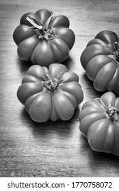 Tomates italiennes sur table en bois