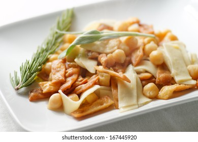 Italian traditional pasta with chickpeas.