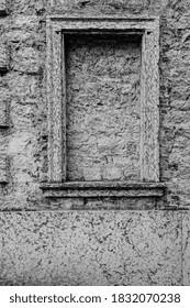 Italienische Fenster sind neue und alte Horizonte der Schönheit, der Funktionalität und der Leistung in Schwarz-Weiß.