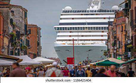 Schönheit Italiens, wie eine Horror-Film-Szene, gigantisches Kreuzfahrtschiff verlassen Venedig, Venezia