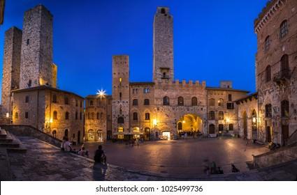 Schönheit Italiens, Platz mit Türmen in San Gimignano, Toskana, Italien, Europa