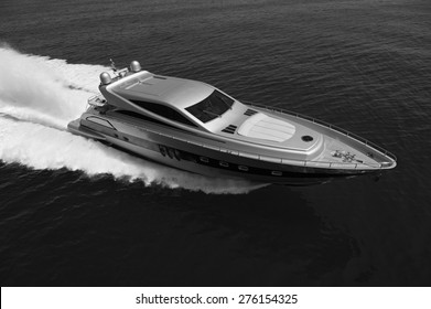 ITALIE, Latium, mer Tyrrhénienne, au large de Fiumicino/Rome, vue aérienne de yacht de luxe