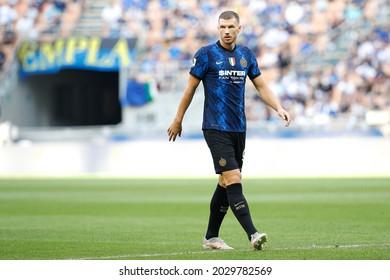Italy, Milan, aug 21 2021: Edin Dzeko (Inter striker) in front court for a corner kick in the first half during football match FC INTER vs GENOA, Serie A 2021-2022 day1, San Siro stadium