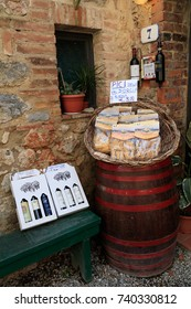 Italy. Monteriggioni.  Pasta and wine for sale. 2016-11-07