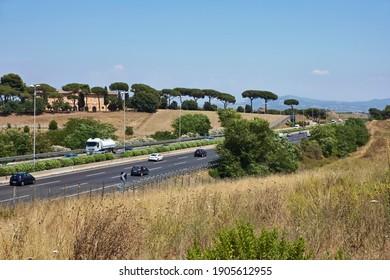Italie, Rome, campagne et circulation sur l'autoroute qui entoure la ville (Grande Raccordo Anulare - GRA)