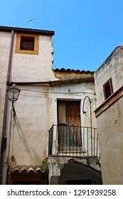 Italy, Sicily: Abandoned house in Sambuca of Sicily.