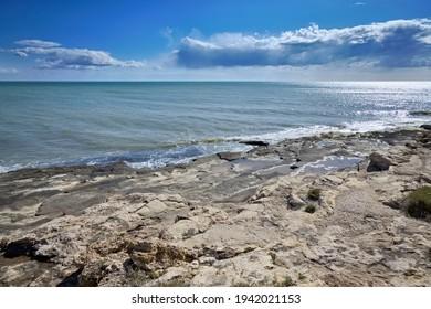 Italie, Sicile, mer Méditerranée, Marina di Ragusa (province de Ragusa), vue sur le littoral rocheux