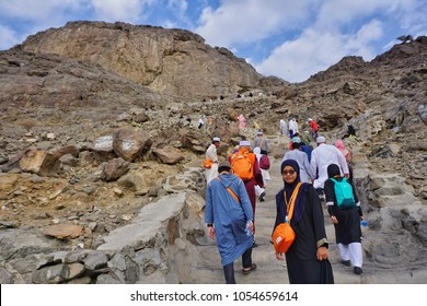 Jabal nur,Mecca-January 26th,2018:Muslim men and women starting to climb up to the Jabal Nur.Hira cave on top of the Jabal Nur is where Prophet Muhammad SAW receive His first Quran verse from Allah.