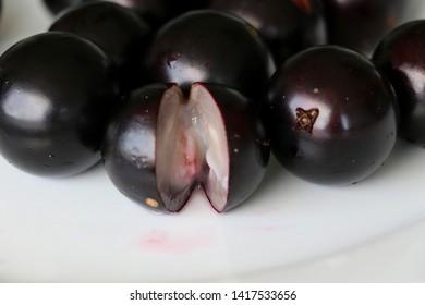 Jabuticaba or Jaboticaba is a purplish-black, white-pulped fruit that can be eaten raw or be used to make jellies, juice or wine.