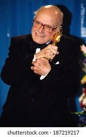 Jack Cardiff with his Oscar for Special Achievement at Academy Awards, 3/25/2001
