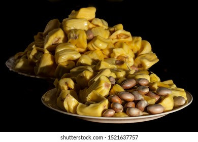 Jackfruit (Artocarpus heterophyllus), a fruit processing where seeds and flesh can be seen. It is the national fruit of Bangladesh and Sri Lanka and the largest fruit of the tree.