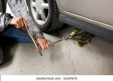 Jacking up a car with the emergency jack