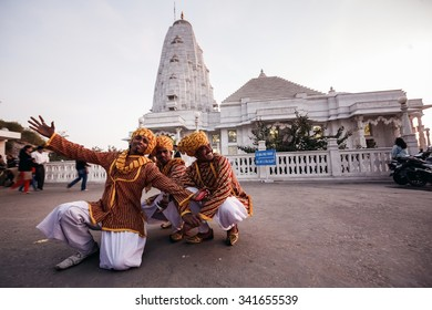 JAIPUR, INDIA - JANUARY 10, 2015: Indian dancers in national clothes near Birla Mandir temple (Laxmi Narayan) on January 10, 2015 in Jaipur, India