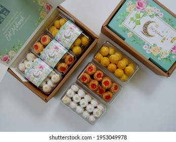 Jakarta, Indonesia 09 April 2021 : Selective focus of Hampers gift on Assorted Indonesian Cookies for Eid al Fitr. Served beautiful hampers with Nastar, snow white Cookies and thumbprint cookies.