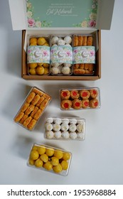 Jakarta, Indonesia 11 April 2021 : Selective focus of Hampers gift on Assorted Indonesian Cookies for Eid al Fitr. Served beautiful hampers with Nastar, snow white, kaastengels and thumbprint cookies.