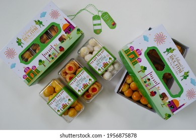 Jakarta, Indonesia 16 April 2021 : Selective focus of Hampers gift on Assorted Indonesian Cookies for Eid al Fitr. Served beautiful hampers with Nastar, snow white, kaastengels and thumbprint cookies.